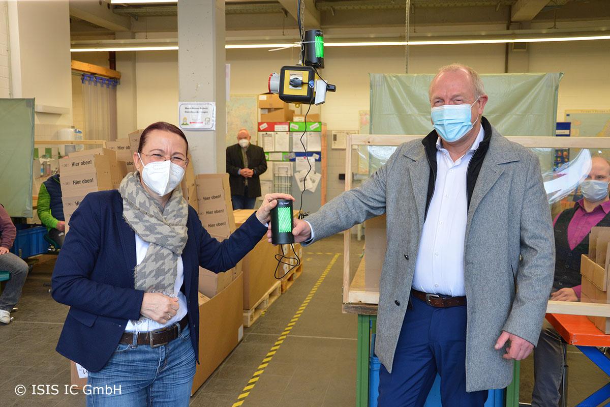 """""""Verena Birnbacher, Geschäftsführerin der Lebenshilfe Oberhausen, bekam von Dirk Unsenos von ISIS IC die CO2 Ampeln überreicht."""""""